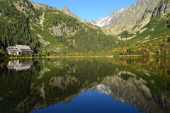 Halny natury niebieskiego nieba zieleni parka drewno chmurnieje jeziorny refleksowy ładnego Obrazy Royalty Free