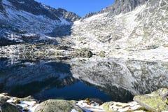 Halny natury zieleni drewno chmurnieje jeziornego odruch Zdjęcia Royalty Free