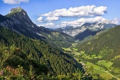 Halny panorama krajobrazu szczyt z chmurną, ładną pogodą, zdjęcia stock