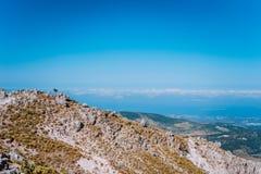 Halny plateau, urocze kamienne formacje i chmury sceneria na horyzoncie, Skalisty średniogórze na Kefalonia wyspie, Grecja obrazy royalty free