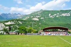 Halny Resegone nad Lecco i rugby dopasowywamy zdjęcie stock