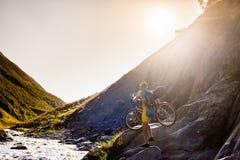 Halny rowerzysta krzyżuje rzekę w średniogórzach Tusheti Obrazy Stock