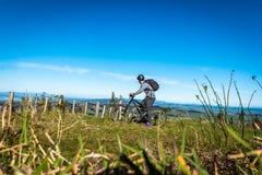 Halny rowerzysta na górze wzgórze wspinaczki obrazy stock