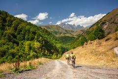 Halny rowerzysta podróżuje w średniogórzach Tusheti region, Fotografia Stock