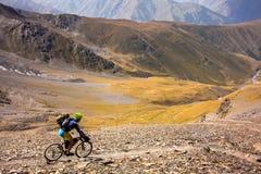 Halny rowerzysta podróżuje w średniogórzach Tusheti region, Zdjęcie Royalty Free