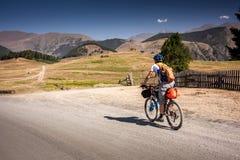Halny rowerzysta podróżuje w średniogórzach Tusheti region, Fotografia Royalty Free