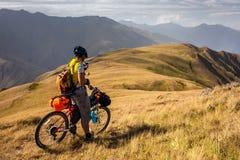 Halny rowerzysta sprawdza gps lokację po tym jak Atsunta przepustka w th Fotografia Stock
