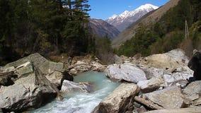 Halny rzeczny spływanie w dolinie zbiory