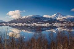 Halny ` s odbicie, Balsfjord, Norwegia Zdjęcie Royalty Free