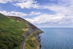 Halny seashore krajobraz z linią kolejową w Irlandia Obrazy Royalty Free