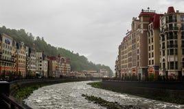 Halny strumień między domami w deszczu w Sochi Zdjęcia Royalty Free