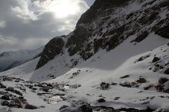 Halny strumień w wąwozie między nakrywać górami Kaukaz Elbrus obraz royalty free