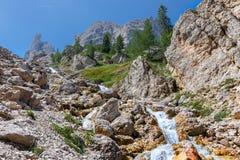 Halny strumień w Włoskich Alps obrazy stock