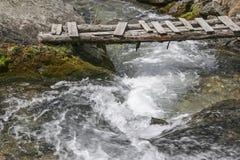 Halny strumień z footbridge Zdjęcia Royalty Free