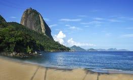 Halny Sugarloaf słońce na pustej czerwieni plaży obraz royalty free