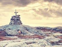 Halny szczyt Linesfjellet & x28; 230 x29 m&; , Linesoya wyspa, Norwegia ostrości lensbaby nadplanowego ostrosłupa selekcyjny kami Obraz Royalty Free