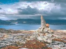 Halny szczyt Linesfjellet & x28; 230 x29 m&; , Linesoya wyspa, Norwegia ostrości lensbaby nadplanowego ostrosłupa selekcyjny kami Obrazy Royalty Free