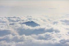 Halny szczyt nad morze chmury Zdjęcie Royalty Free