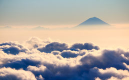 Halny szczyt nad morze chmury i mgła Zdjęcia Royalty Free