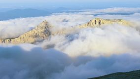 Halny szczyt Otaczający chmurami, Timelapse zbiory wideo