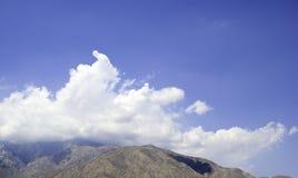 Halny szczyt w chmurach Obrazy Stock