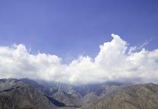 Halny szczyt w chmurach Obraz Royalty Free