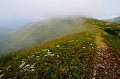 Halny szczyt w chmurach Zdjęcia Stock