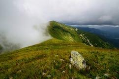 Halny szczyt w chmurach Fotografia Stock