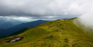 Halny szczyt w chmurach Zdjęcia Royalty Free