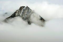 Halny szczyt w chmurach, Kluane park narodowy, Yukon Fotografia Royalty Free