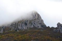Halny szczyt w mgle Fotografia Royalty Free