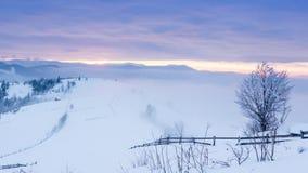 Halny szczyt z śnieżnym ciosem wiatrem Styczeń 33c krajobrazu Rosji zima ural temperatury Zimny dzień z śniegiem, zbiory wideo