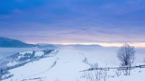 Halny szczyt z śnieżnym ciosem wiatrem Styczeń 33c krajobrazu Rosji zima ural temperatury Zimny dzień z śniegiem, zbiory