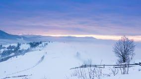 Halny szczyt z śnieżnym ciosem wiatrem Styczeń 33c krajobrazu Rosji zima ural temperatury Zimny dzień z śniegiem, zdjęcie wideo