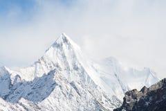 Halny szczyt z śniegiem Fotografia Royalty Free