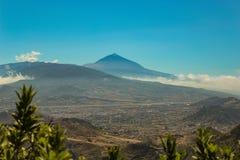 Halny Teide z bia?ymi ?nieg?w punktami, cz?sciowo zakrywaj?cymi chmurami jasne niebo niebieskie wyspa kanaryjska park narodowy te obrazy royalty free