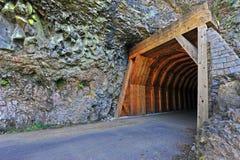 halny wąskiej drogi tunel Zdjęcia Royalty Free
