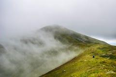 Halny wycieczkowicz w chmurach Zdjęcia Royalty Free
