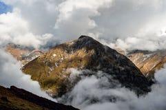 Halny wydźwignięcie nad chmury w Annapurna sanktuarium, himalaje, Nepal Obrazy Royalty Free