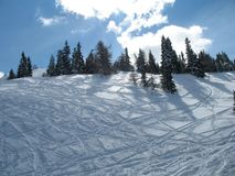 Halny wzgórze z świeżym prochowym śniegiem ciie snowboarders i narciarkami Zdjęcia Royalty Free