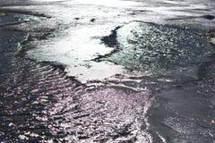 Halny zimny jezioro odbija promienie światło słoneczne, czasem zakrywających z lodem obraz stock