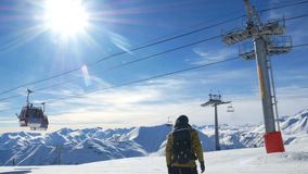 Halny zimy narciarskiego dźwignięcia słońce zdjęcie wideo