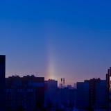Halo über der Stadt am eisigen Wintermorgen Lizenzfreies Stockfoto