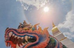 Halo brouillé et doux de doux abstrait de foyer du soleil avec des Nagas de symbole, sanctuaire, temple, nuage de ciel par la fus Photo stock