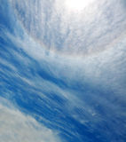 Halo de Sun no céu azul com nuvens Fotos de Stock Royalty Free