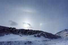 Halo grande alrededor del sol en un día de invierno en montañas Hasaut v Imagen de archivo libre de regalías
