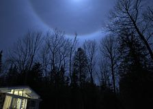 Halo lunar en cielo norteamericano del invierno Fotos de archivo libres de regalías