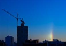 Halo over de stad in de ijzige de winterochtend Stock Foto's