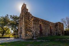 Halo renversant de la tour de Bell rétro-éclairée de la vieille mission espagnole occidentale historique Espada Photographie stock