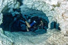 Halocline-Effekt beim Tauchen in cenotes Höhle in Mexiko stockbilder